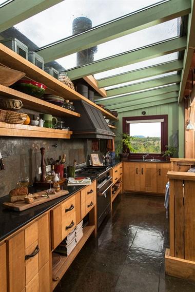 Los dueños de casa querían una cocina bien patagónica, con materiales naturales como la madera y muy funcional. Sin dudas, lo más atractivo de este ambiente es el techo de vidrio, un placer para la vista y también para trabajar a gusto. El piso es de piedra verde oxidada igual que la pared del fondo
