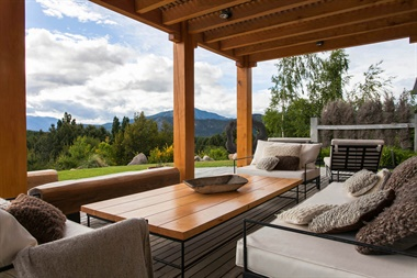 La pérgola, hecha en madera y con deck tiene una vista privilegiada al parque de y la precordillera