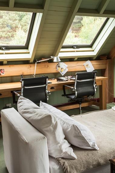 El escritorio está preparado para que lo compartan dos personas al mismo tiempo y con total comodidad. La mesa se ubicó debajo de las ventanas y la luz natural resulta todo un estímulo a la hora del trabajo
