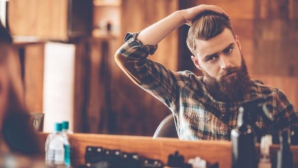 Muchas barberías no solo cumplen la función de mantener la barba sino tambien los expertos son peluqueros y cuidan del cabello de los clientes (Getty Images)