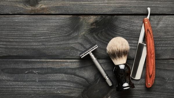Rasuradora, tijera y navaja, los principales instrumentos que utilizan los barberos (Getty Images)