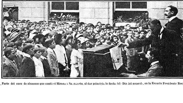 Fiesta del Día del Animal. Un coro de niños en una escuela canta el himno a Sarmiento en el inicio de la celebración.