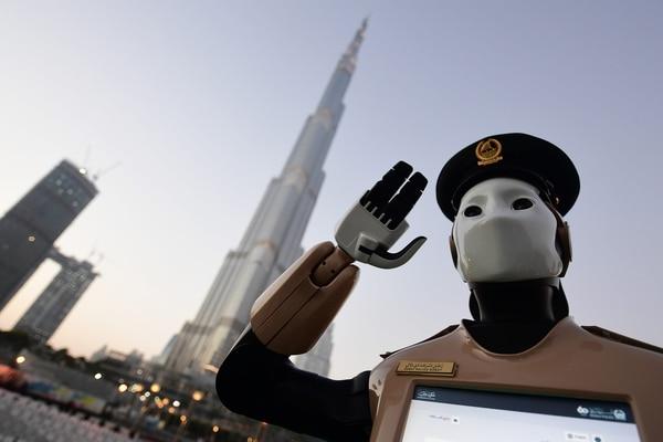 El robot policía en Dubai ayudaa brindar información a la gente en pleno centro (AFP)