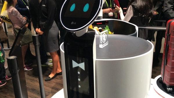 Un robot mayordomo, programado para ayudar en las tareas del hogar, exhibido en CES 2018