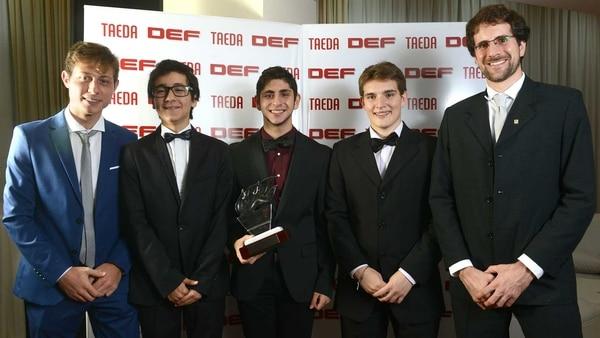 Los profesores de ORT Teo Gentile y Federico Freccero posan con los alumnos galardonados. Foto: Fernando Calzada.