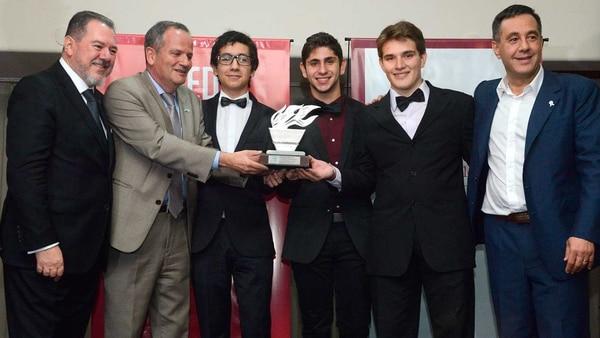 Los jóvenes recibieron el Reconocimiento Taeda 2018, entregado por Mario Montoto, presidente de Taeda, Ilan Sztulman, embajador de Israel en Argentina y Alejandro Finocchiaro, ministro de Educación de la Nación. Foto: Fernando Calzada.